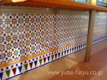 ガーデンルームココマの腰壁にモザイクタイル