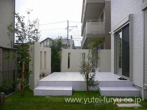 白いタイルテラス