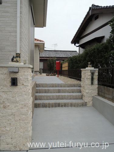 琉球石灰岩を使用した南国風の門まわり
