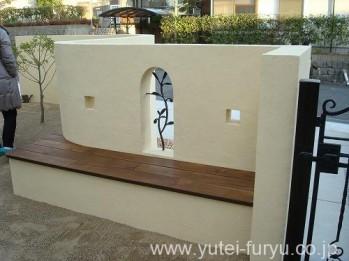 塗り壁の裏にベンチ