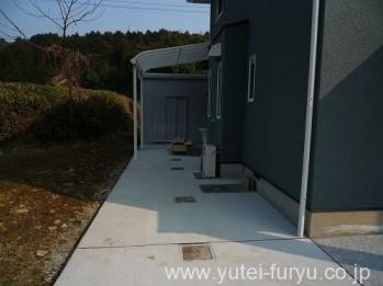 コンクリート舗装と屋根テラス