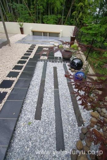 白砂利と黒い自然石